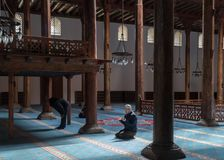 La mezquita de Esrefoglu es una de las formas de arte más importantes de woodw Foto de archivo