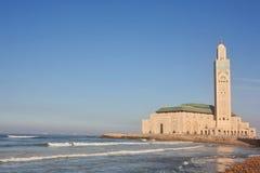 La mezquita de Hassan II en la orilla del mar Foto de archivo libre de regalías