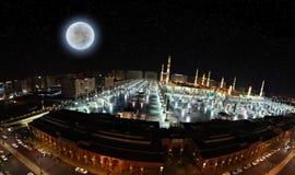 La mezquita del profeta en Medina y calle cercana Foto de archivo libre de regalías