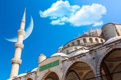 La mezquita icónica más grande la mezquita azul en Estambul, Turquía con el cielo nublado y la luna azules del creciente Islam, m fotografía de archivo libre de regalías