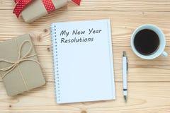 La mia parola di risoluzioni del nuovo anno con il taccuino, tazza di caffè nero e penna sulla tavola di legno, vista superiore e fotografia stock libera da diritti