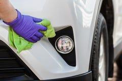 La microfibra de goma de los guantes de la mano que lleva masculina limpia y pule el th Foto de archivo