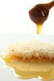 La miel desborda la clase del panal. Fotos de archivo libres de regalías