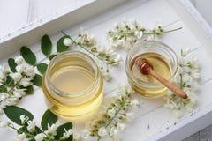 La miel dulce con el acacia florece en bandeja de madera Fotos de archivo