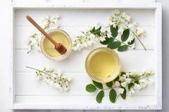 La miel dulce con el acacia florece en bandeja de madera Imagen de archivo
