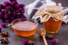 La miel en tarro con el cazo de la miel y el anís protagonizan Fotografía de archivo libre de regalías