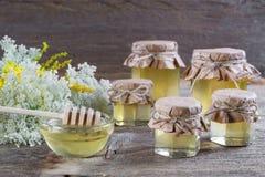 La miel en un vidrio sacude, las flores salvajes Foto de archivo libre de regalías