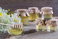 La miel en un vidrio sacude, las flores salvajes Fotografía de archivo