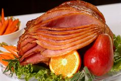 La miel esmaltó el jamón de Pascua con la fruta y las zanahorias Fotografía de archivo libre de regalías