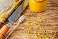 La miel fresca en el peine y las herramientas del apicultor en un queso de cerdo vooden el fondo Endecha plana y visión superior imágenes de archivo libres de regalías