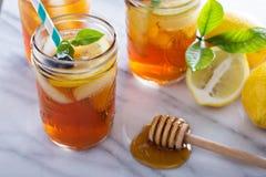 La miel hecha en casa heló té Imagen de archivo