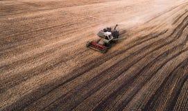 La mietitrice che lavora nel campo e falcia il grano l'ucraina Siluetta dell'uomo Cowering di affari Immagini Stock Libere da Diritti