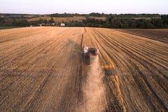 La mietitrice che lavora nel campo e falcia il grano l'ucraina Siluetta dell'uomo Cowering di affari Immagine Stock Libera da Diritti