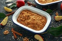 La migaja inglesa tradicional de la manzana coció en plato del vintage y sirvió con crema fotografía de archivo