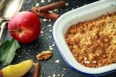 La migaja inglesa tradicional de la manzana coció en plato del vintage y sirvió con crema fotos de archivo