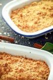 La migaja inglesa tradicional de la manzana coció en plato del vintage y sirvió con crema foto de archivo