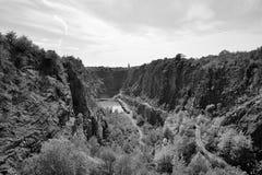 La mina anterior nombró Velka Amerika con la laguna cerca del pueblo checo de Morina en tarde tropical soleada del verano el 7 de Fotografía de archivo
