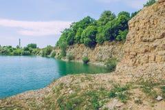 La mina de la dolomía y grren el lago del agua foto de archivo