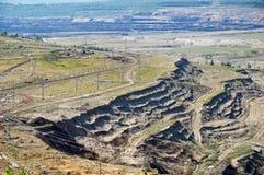 La mina superficial de la tierra expuesta, en la litera de la pared del fondo abajo con lignito Fotos de archivo