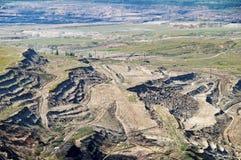 La mina superficial de la tierra expuesta, en la litera de la pared del fondo abajo con lignito Fotografía de archivo