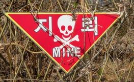 La mina terrestre peligro señal adentro Corea Imágenes de archivo libres de regalías