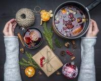 La minestra appena preparato del pomodoro con basilico, aglio e cipolla, timo e condimenti, in un piatto bianco, ragazza ha scava fotografie stock