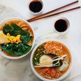 La minestra asiatica tradizionale con le tagliatelle, la cipolla di inverno, pollo di ramen, ha affettato l'uovo Immagini Stock Libere da Diritti