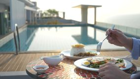La minestra del gamberetto è un piatto tailandese con un gusto acido e piccante l'uomo sta mangiando Tom Yam ad una tavola dallo  fotografia stock libera da diritti