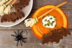 La minestra della zucca di Halloween con la scopa di streghe ed il pane del pipistrello fa un spuntino Immagini Stock Libere da Diritti
