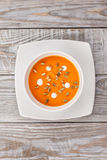La minestra della zucca in un piatto bianco è sulla tavola Immagine Stock Libera da Diritti