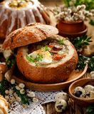 La minestra di Pasqua, urek della minestra il Å acido» ha fatto di farina di segale con la salsiccia affumicata e le uova sono se fotografia stock