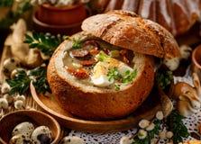La minestra di Pasqua, urek della minestra il Å acido» ha fatto di farina di segale con la salsiccia affumicata e le uova sono se fotografie stock