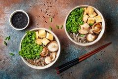 La minestra di tagliatelle di soba e del miso con cavolo, funghi di shiitake, ha arrostito il tofu immagine stock libera da diritti