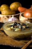 La minestra di verdura si espande rapidamente cucchiaio della ciotola di vetro Fotografie Stock Libere da Diritti