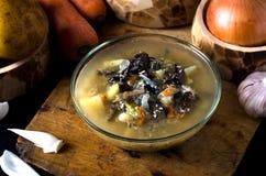La minestra di verdura si espande rapidamente funghi della ciotola di vetro Fotografia Stock