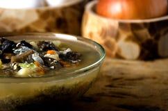 La minestra si espande rapidamente ciotola di vetro rustica Immagine Stock Libera da Diritti