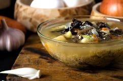 La minestra si espande rapidamente cucchiaio di legno della ciotola di vetro Immagini Stock Libere da Diritti