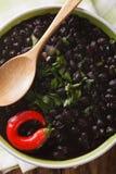 La minestra spessa del fagiolo nero con i peperoncini si chiude su in una ciotola immagini stock libere da diritti