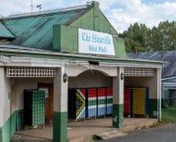 La mini alameda de Himeville con los buzones pintados en los colores de la bandera surafricana imagen de archivo libre de regalías