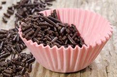 La mini caisse de petit g?teau avec du chocolat arrose Photos libres de droits
