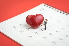 La miniatura di concetto di giorno di S. Valentino calcola le coppie dolci che stanno i wi Fotografie Stock