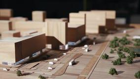La miniature a détaillé les bâtiments de planification des objets en bois banque de vidéos