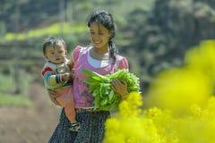 La minoría étnica mima e hijo Fotos de archivo