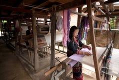 La minoría de Lua Hill Tribe está tejiendo con el telar en Tailandia Imagen de archivo