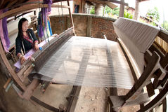La minoría de Lua Hill Tribe está tejiendo con el telar en Tailandia Imagen de archivo libre de regalías