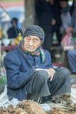 La minorité ethnique équipent vendre des cigarettes, au vieux marché de Dong Van image libre de droits