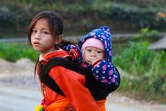 La minorité ethnique non identifiée badine avec des paniers de fleur de graine de colza dans Hagiang, Vietnam Photos libres de droits