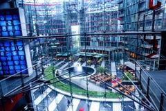 La mirada abajo de los pisos superiores de Sony Center está situada cerca del ferrocarril de Berlin Potsdamer Platz Fotos de archivo libres de regalías