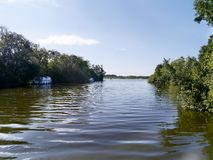 La mirada abajo del río con los barcos amarró por el banco Fotos de archivo libres de regalías