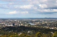 La mirada abajo en Brisbane Australia CBD y el río de Brisbane de Mt Cootha pasan por alto Imagenes de archivo